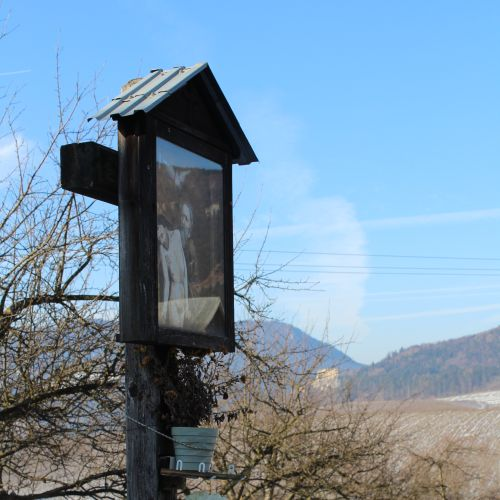 Kríž Martinček, vstup do obce