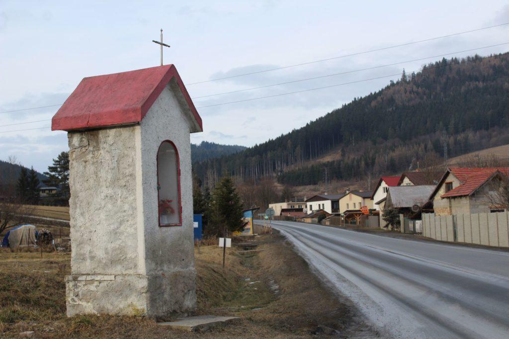 Kaplnka Likavka, križovatka J. Hollého - Pod Hradom 01