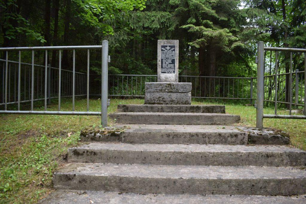 Pamätné miesto s pamätníkom padlým povstaleckým vojakom a partizánom v Likavke 01