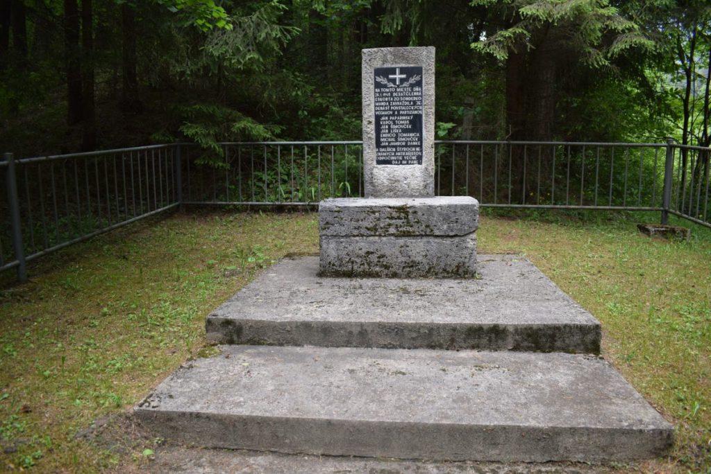 Pamätné miesto s pamätníkom padlým povstaleckým vojakom a partizánom v Likavke 02