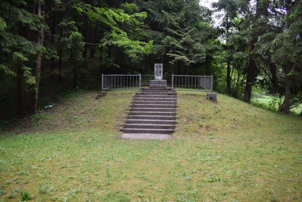 Pamätné miesto s pamätníkom padlým povstaleckým vojakom a partizánom v Likavke 03