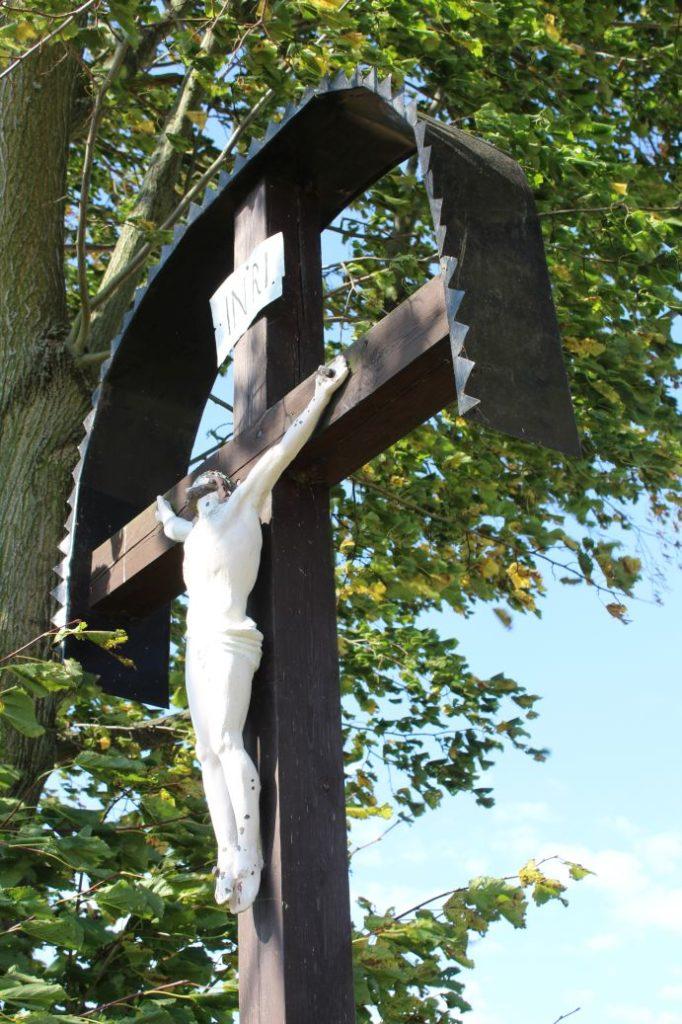 Kríž Božie muky Komjatná, Kriváň 07