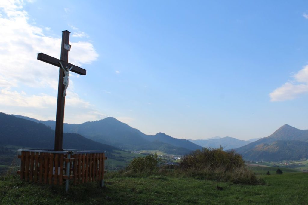 Kríž Komjatná, Hrádok 03